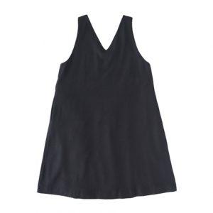 黒・Vネックにフレアースカートを前
