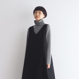 黒・Vネックネックにフレアースカートを前 モデル身長164㎝ Mサイズ着用