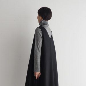 黒・Vネックネックにフレアースカートを後ろ モデル身長164㎝ Mサイズ着用