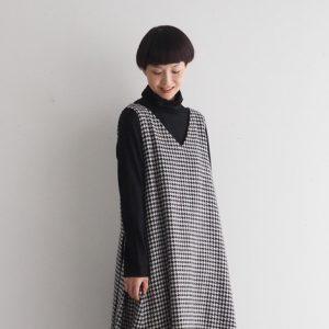 白×黒・Vネックにフレアースカートを前 モデル身長164㎝ Mサイズ着用